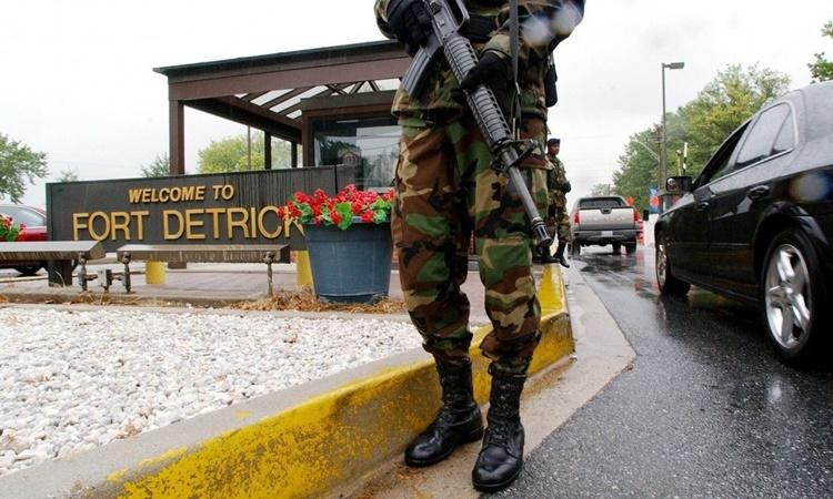 Binh sĩ đứng gác tại lối vào Pháo đài Detrick ở bang Maryland, Mỹ. Ảnh: AFP.
