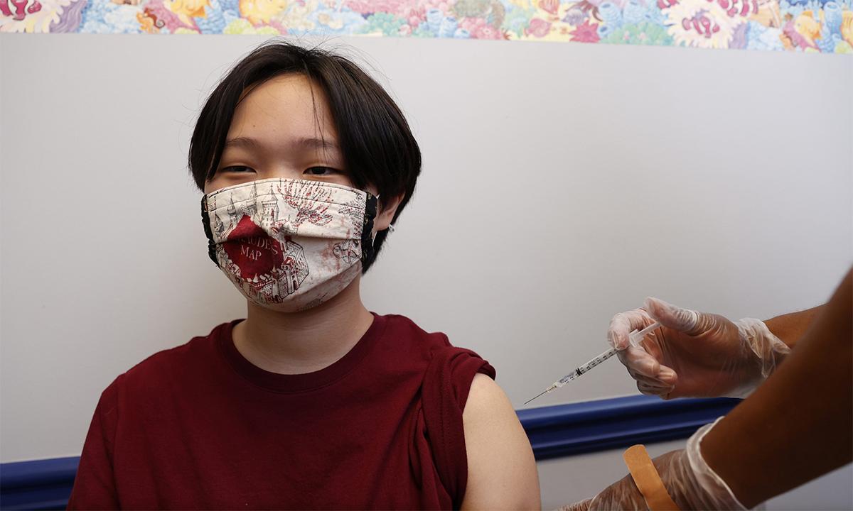 Nhân viên y tế bang Georgia tiêm vaccine Covid-19 cho một thiếu niên tại thành phố Decatur ngày 11/5. Ảnh: Reuters.