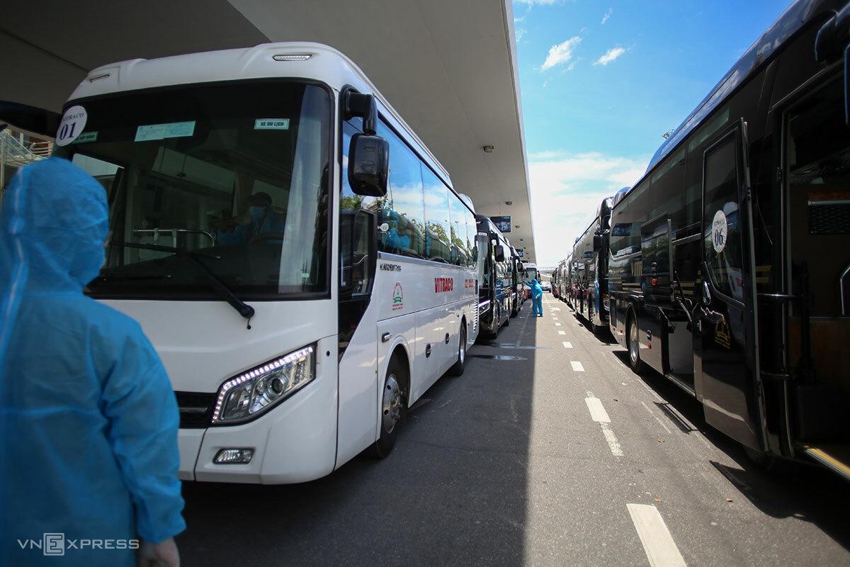 Hàng xe nối dài đưa người dân về khách sạn cách ly. Ảnh: Nguyễn Đông.