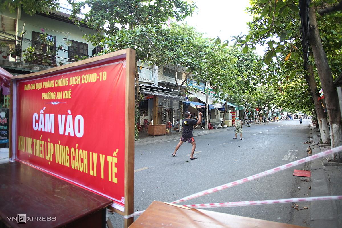Người dân chơi thể thao phía trong khu cách ly ở quận Thanh Khê, ngày 16/7. Ảnh: Nguyễn Đông.