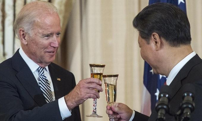Joe Biden khi còn là phó tổng thống Mỹ và Chủ tịch Trung Quốc Tập Cận Bình tại bữa tiệc chiêu đãi ở Washington hồi tháng 9/2015. Ảnh: AFP.