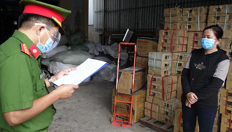 Nguyễn Thị Khanh Em nghe đọc lệnh bắt ngày 21/7. Ảnh: An Phú