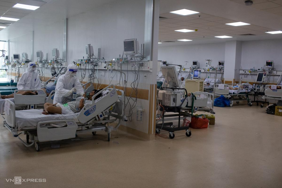 Điều trị bệnh nhân tại Bệnh viện Hồi sức Covid-19, TP Thủ Đức, ngày 20/7. Ảnh: Thành Nguyễn.
