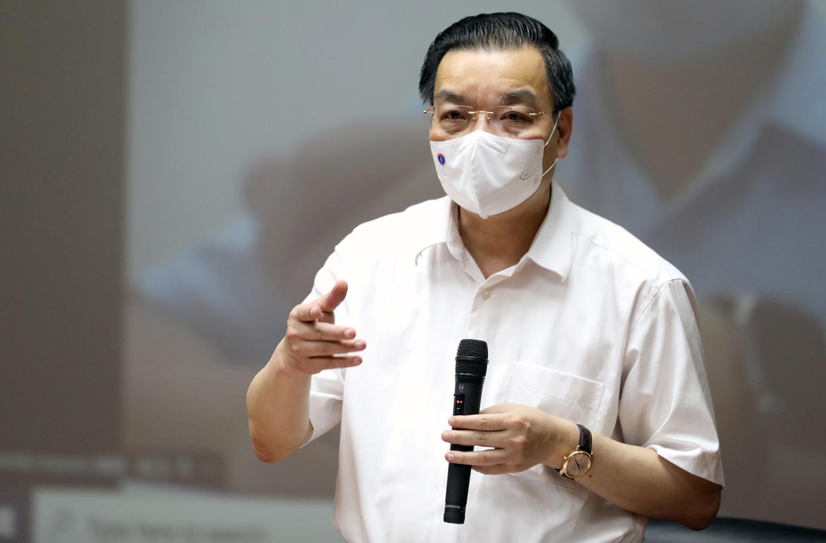 Chủ tịch UBND TP Hà Nội Chu Ngọc Anh tại buổi làm việc về công tác phòng, chống dịch Covid 19 tại công ty Sei (KCN Thăng Long, Đông Anh) ngày 15/7. Ảnh: Ngọc Thành.