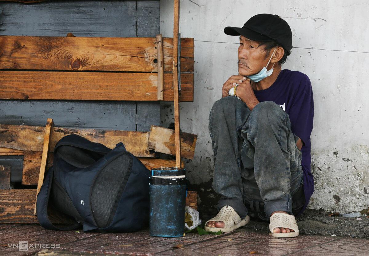 Người lao động trên vỉa hè Sài Gòn, tháng 7/2021. Ảnh: Đức Đồng