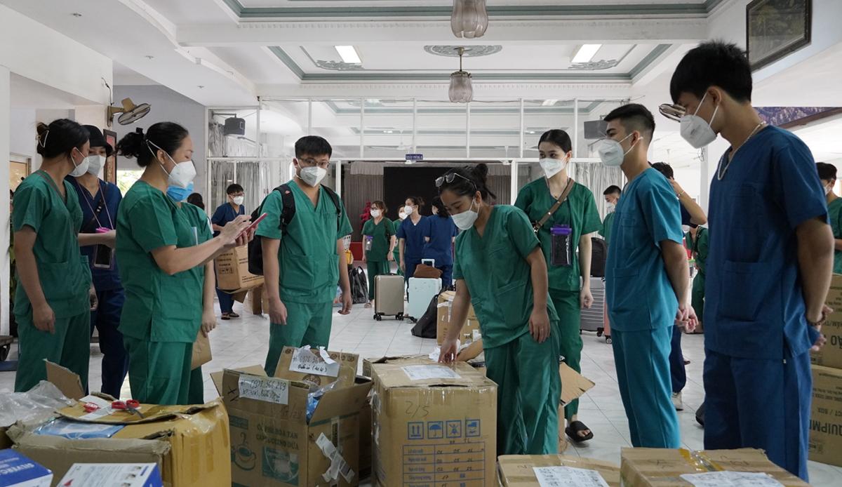 Nhóm lực lượng hỗ trợ thu xếp tư trang, vật tư y tế chuẩn bị đến các cơ sở điều trị. Ảnh: Hoàng Nam