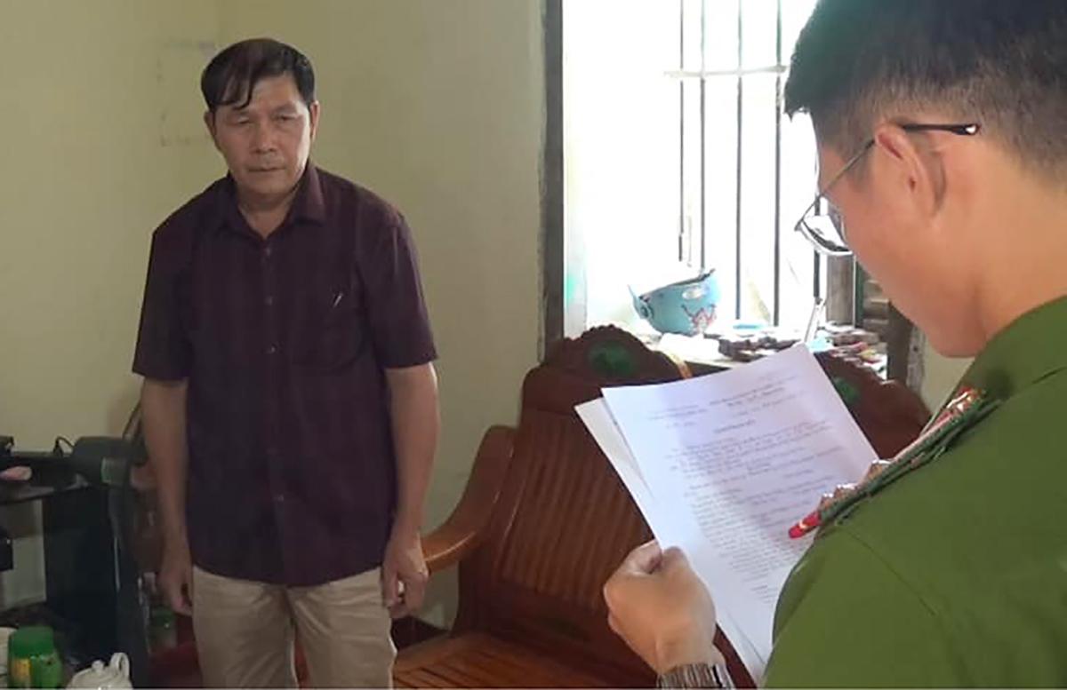Ông Dương bị tống đạt quyết định khởi tố bị can. Ảnh: Công an Cao Bằng.
