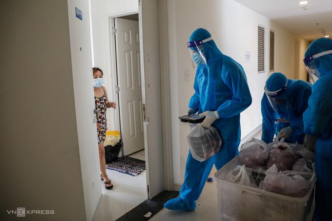 Nhân viên y tế điều trị F0 tại bệnh viện dã chiến ở TP HCM. Ảnh: Hữu Khoa