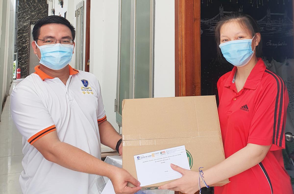 Sinh viên trường Đại học Nguyễn Tất Thành được hỗ trợ thực phẩm, chi phí sinh hoạt và học phí trong giai đoạn khó khăn do dịch bệnh hồi giữa tháng 7.
