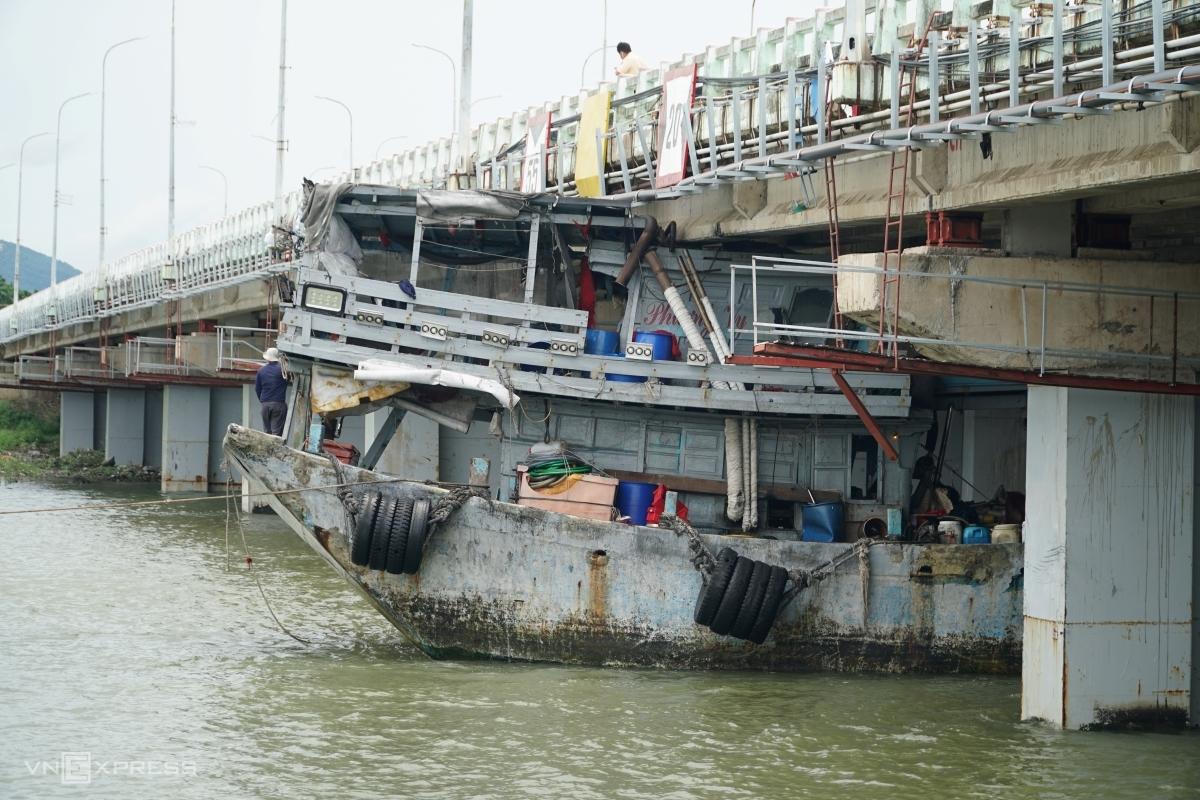 Tàu cá mắc kẹt dưới cầu ở nhánh từ Bà Rịa về Vũng Tàu, trưa 21/7. Ảnh: Trường Hà.