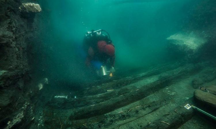Thợ lặn kiểm tra xác tàu chiến chìm dưới vùng biển Ai Cập. Ảnh: Reuters.