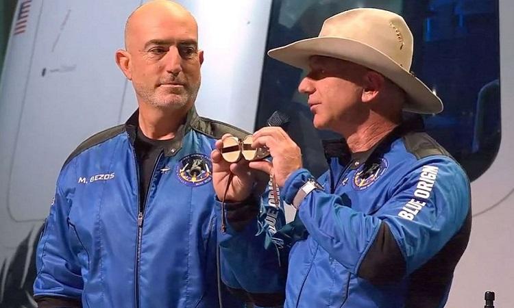 Hai anh em Bezos giời thiệu chiếc kính bảo hộ của Amelia Earhart. Ảnh: Blue Origin.