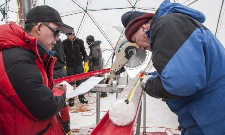 Các nhà nghiên cứu xử lý một lõi băng lấy từ chỏm băng Guliya năm 2015. Ảnh: Đại học Ohio.