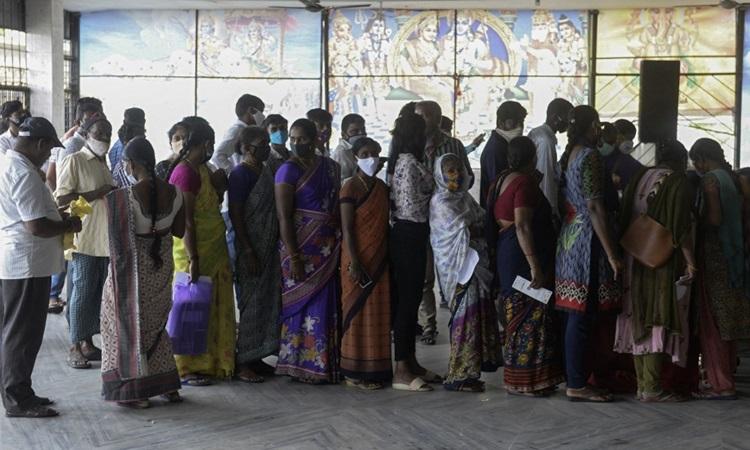 Người dân xếp hàng chờ đăng ký tiêm vaccine Covid-19 tại bang Hyderabad, Ấn Độ hôm 15/7. Ảnh: AFP.