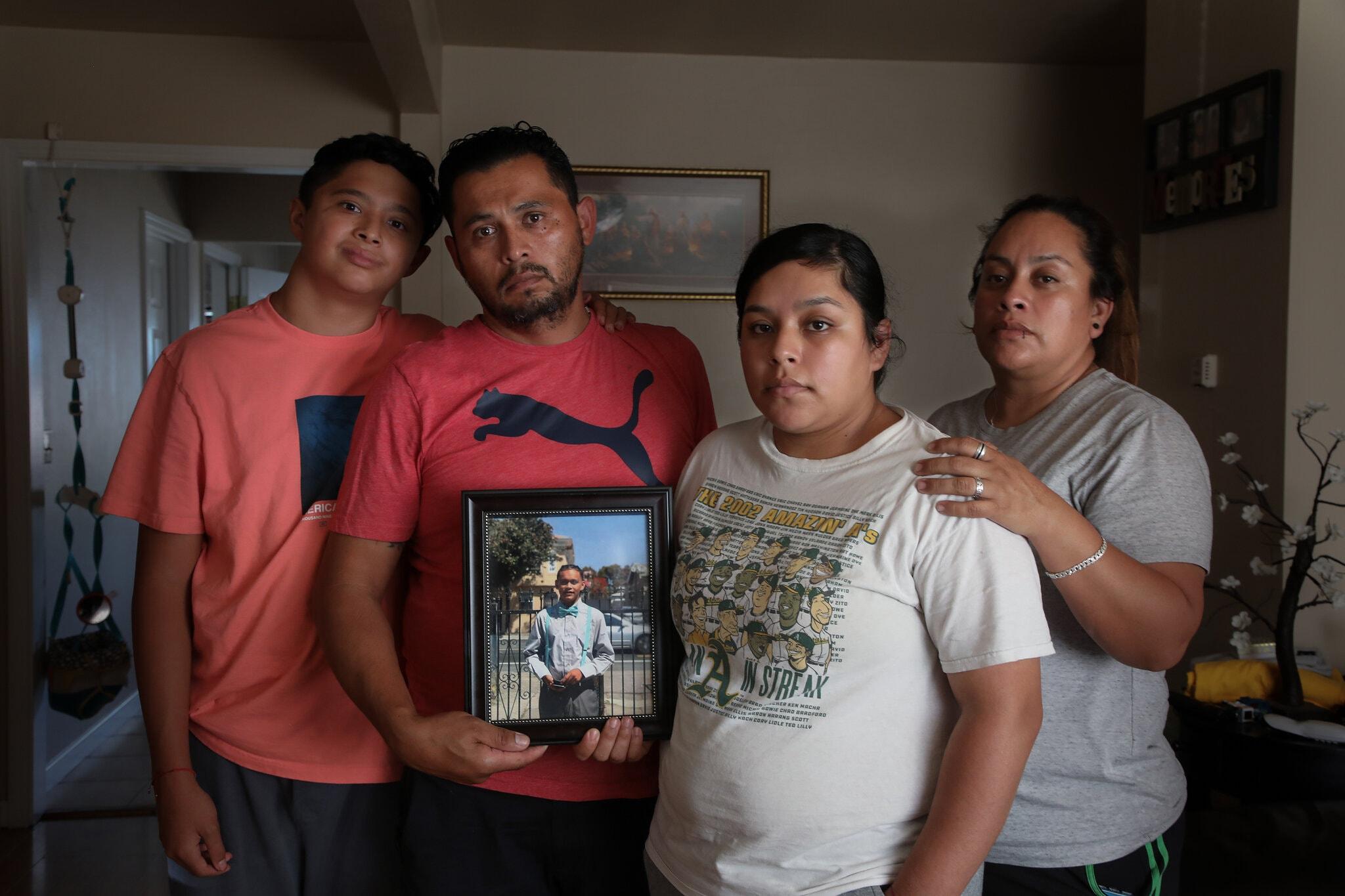 [Gia đình Maldonado bên di ảnh của Jovani, 15 tuổi. Ảnh: The New York Times