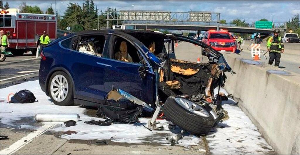 Vụ tai nạn năm 2018 ở Mountain View, California, giết chết tài xế một chiếc Tesla Model X khi chế độ Autopilot hoạt động. Ảnh: