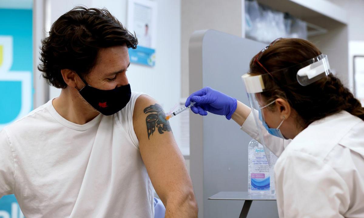 Thủ tướng Canada Justin Trudeau tiêm vaccine tại Ottawa, tỉnh bang Ontario hôm 23/4. Ảnh: Reuters.