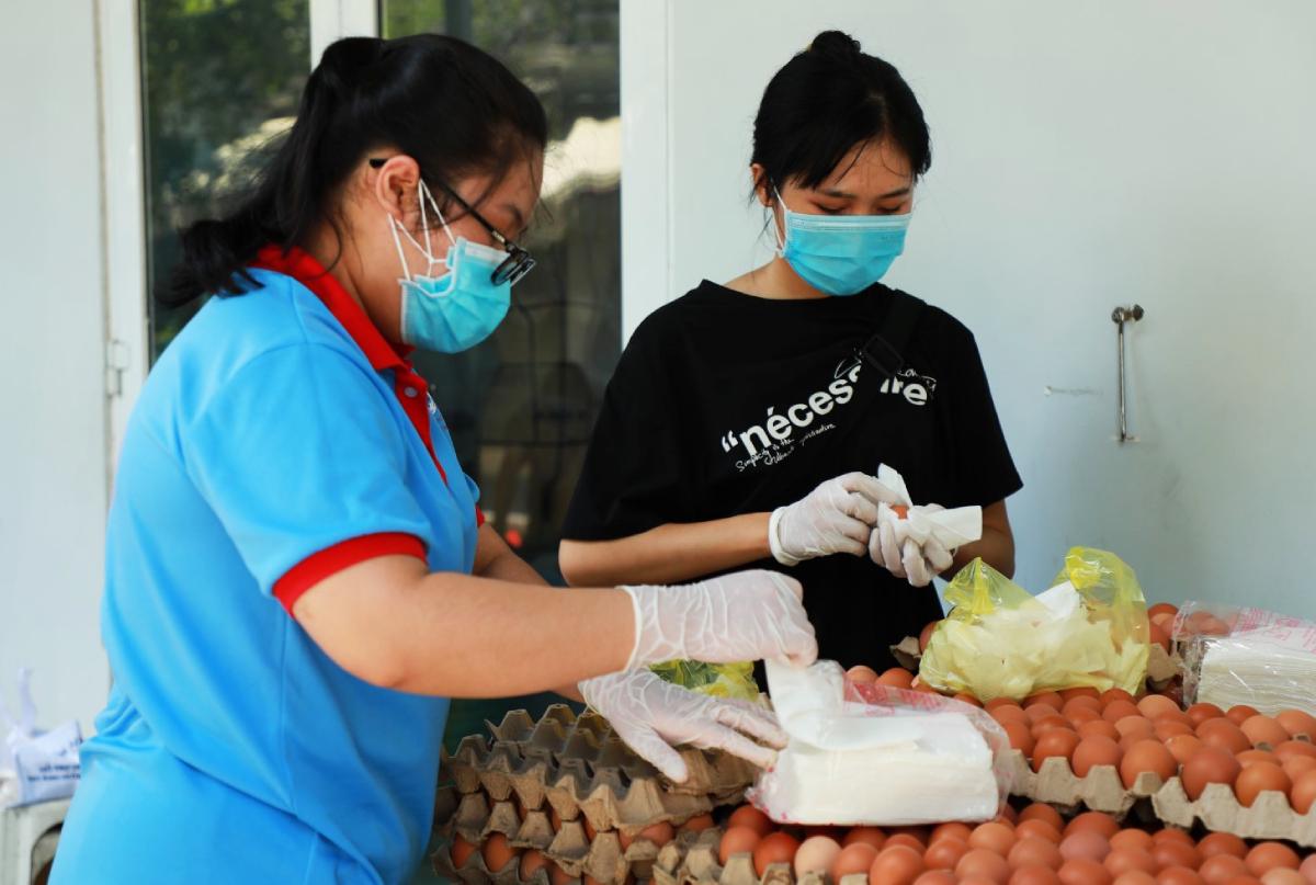 Sinh viên Đại học Công nghiệp Thực phẩm TP HCM hỗ trợ đóng gói thực phẩm, chuyển đến sinh viên ở các khu bị phong toả. Ảnh: HUFI.