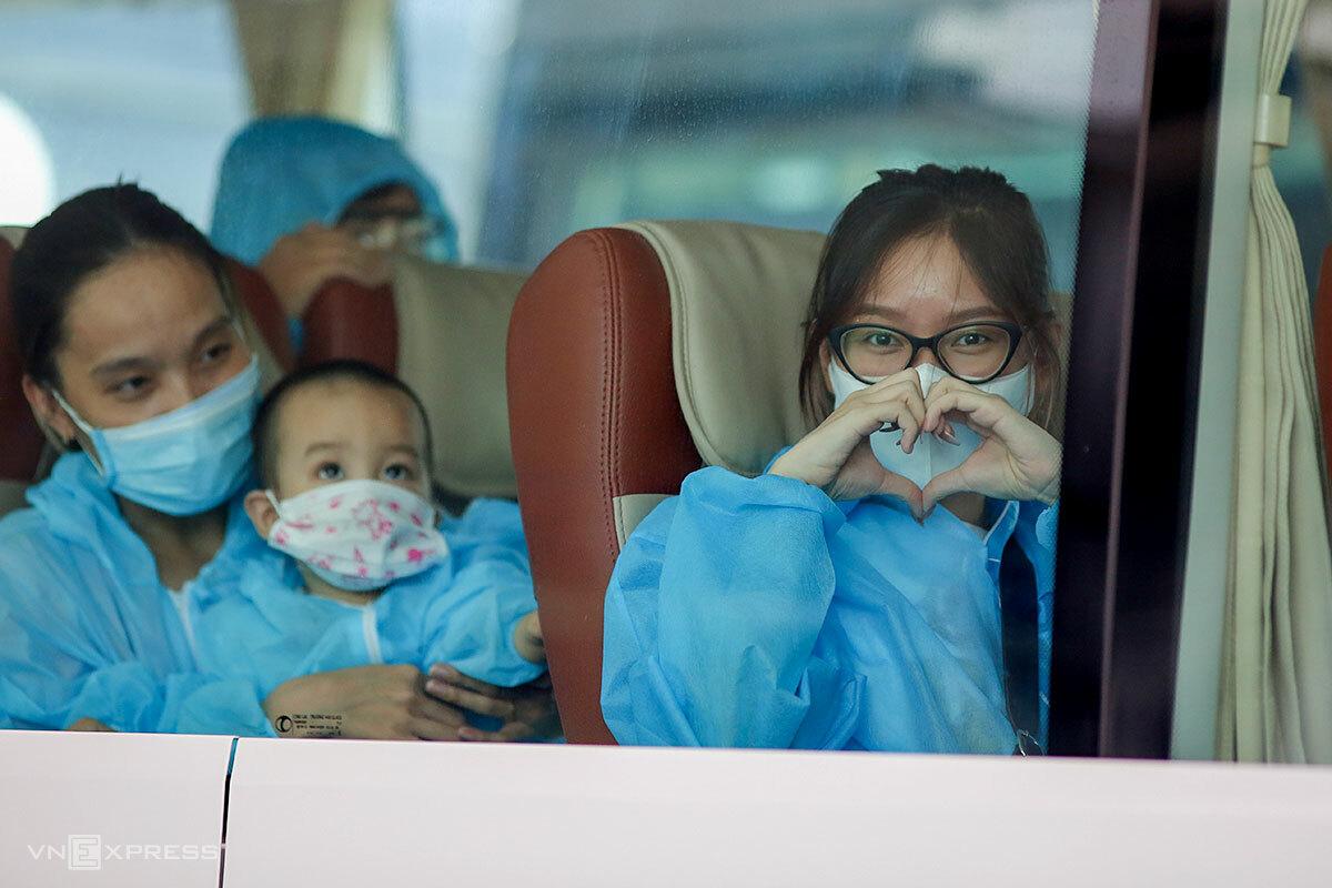 Một người dân kết hình trái tim thay cho lời cảm ơn với quê hương. Ảnh: Nguyễn Đông.