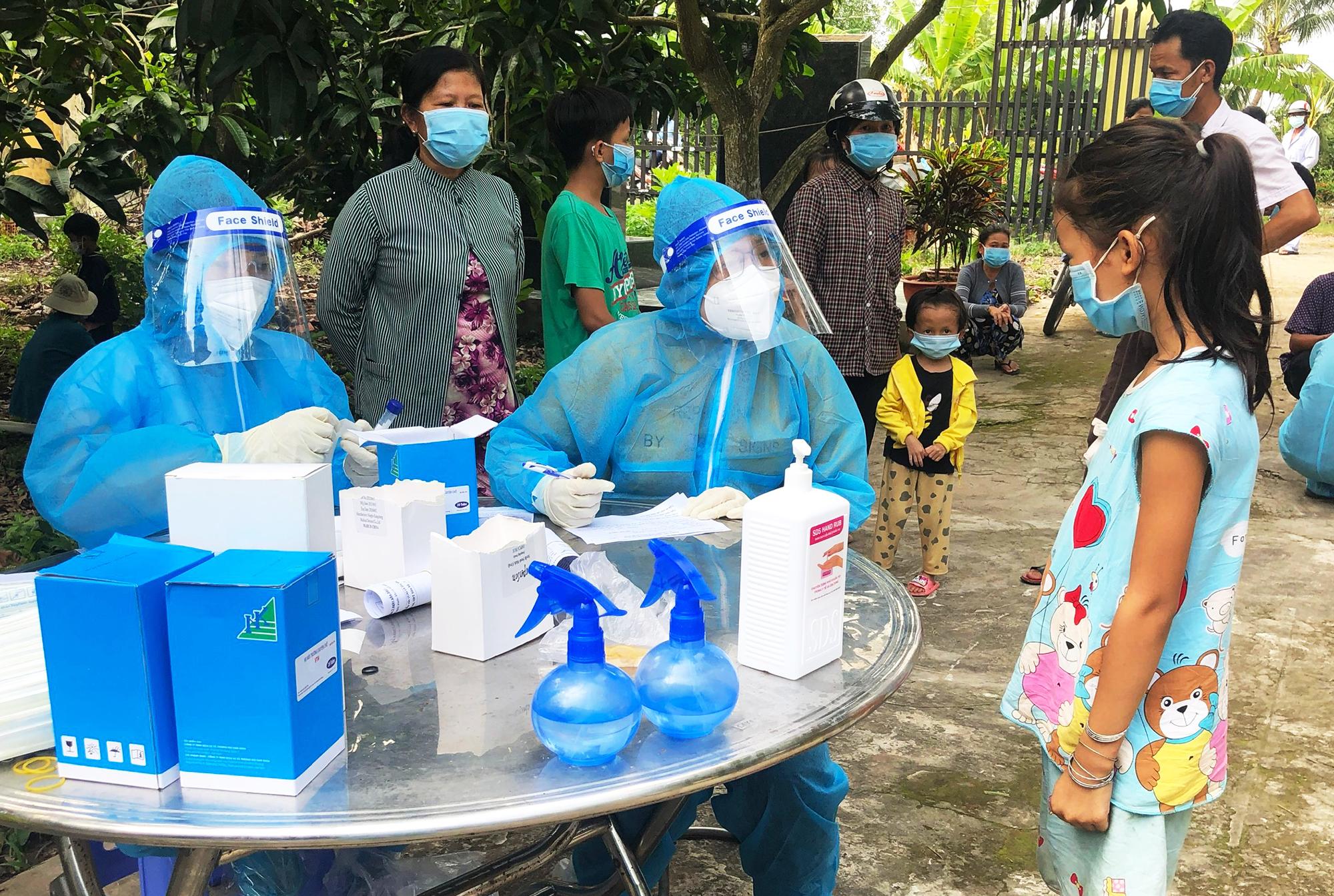 Lực lượng y tế lấy mẫu tại xã An Hiệp, huyện Châu Thành, tỉnh Đồng Tháp. Ảnh: Ngọc Tài