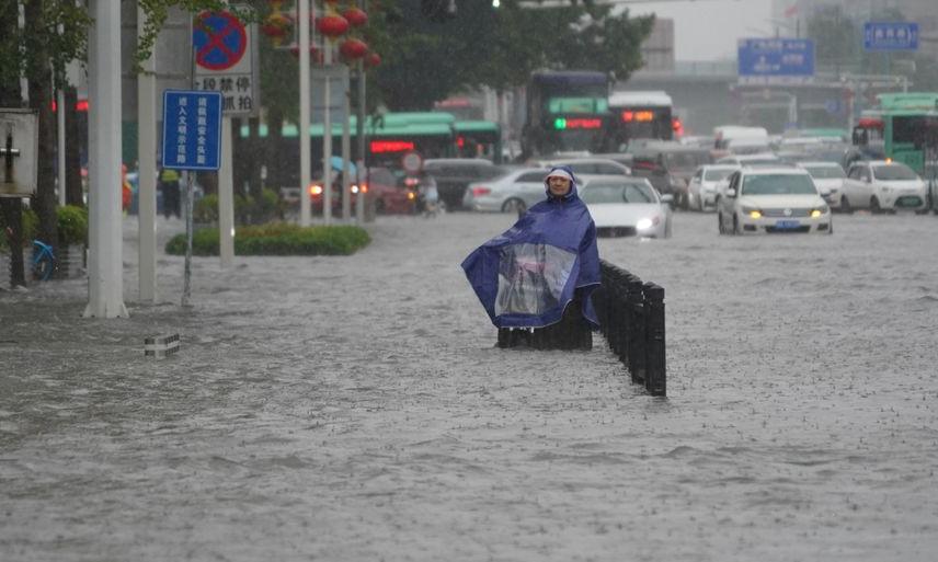 Người dân trên đường phố Trịnh Châu hôm 20/7. Ảnh: Reuters.
