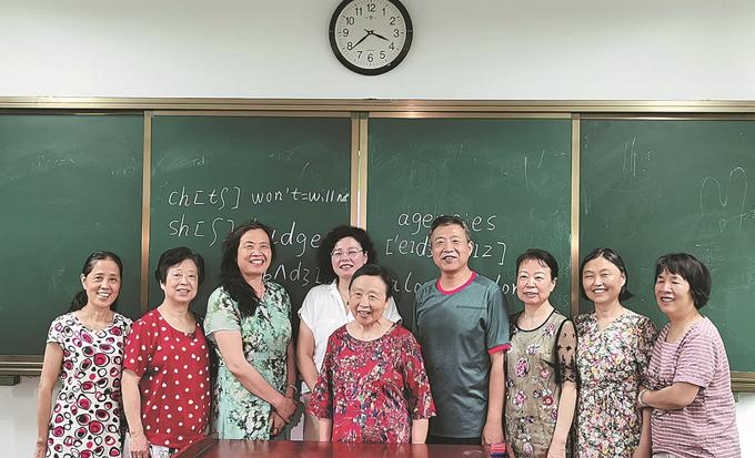 Bà Peng Shengwu (áo đỏ, giữa) chụp ảnh cùng bạn học tại một trường đại học dành cho người cao tuổi ở thành phố Trường Sa, tỉnh Hồ Nam. Ảnh: China Daily.