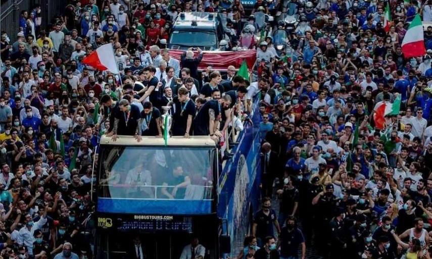 Đội tuyển Italy diễu hành mừng vô địch Euro 2021 ở thủ đô Rome hôm 12/7. Ảnh: AP.
