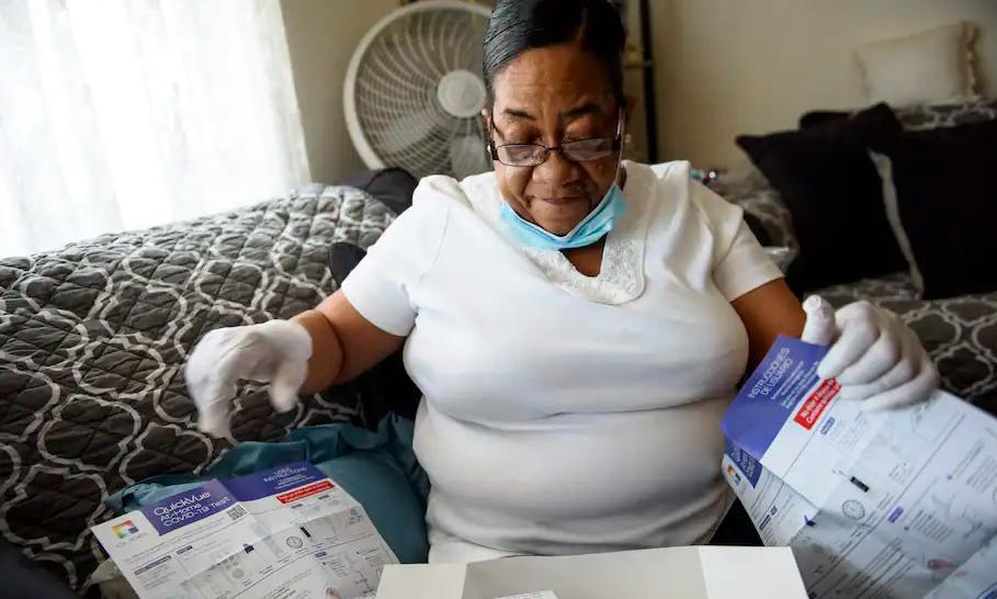 Diane Bell đọc hướng dẫn sử dụng kit xét nghiệm nCoV tại nhà ở Greenville, bang Bắc Carolina, Mỹ. Ảnh: Washington Post.