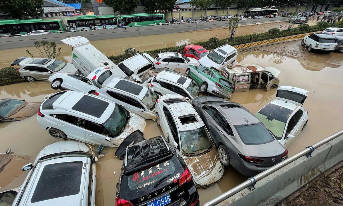 Nhiều ô tô hư hỏng vì nước lũ ở Trịnh Châu, tỉnh Hà Nam hôm 21/7. Ảnh: AFP.
