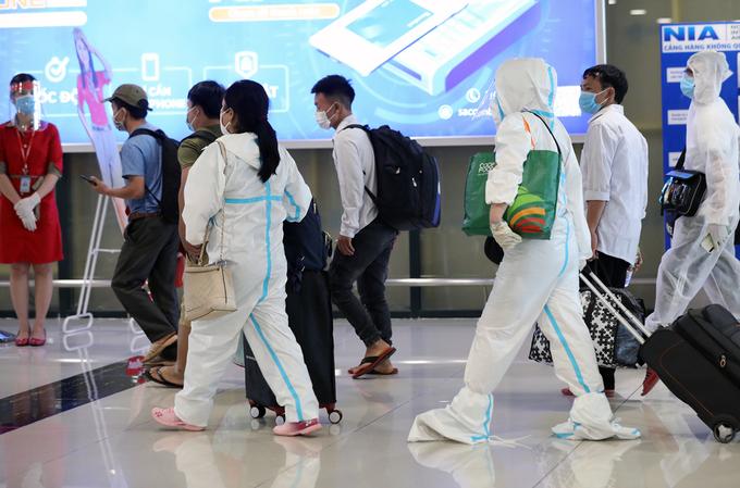 Người về từ TP HCM qua cảng hàng không quốc tế Nội Bài, trưa 15/7. Ảnh: Ngọc Thành.