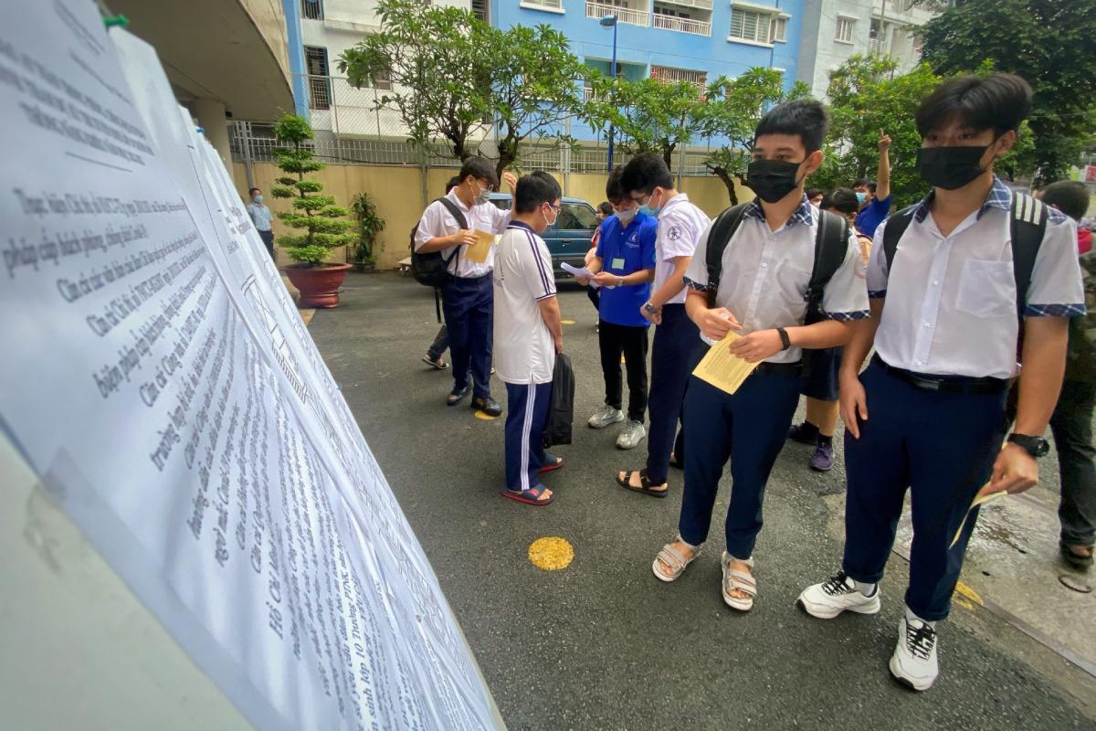 Thí sinh TP HCM dự kỳ thi tuyển sinh lớp 10 trường Phổ thông Năng khiếu ngày 26/5. Ảnh: Hữu Khoa.
