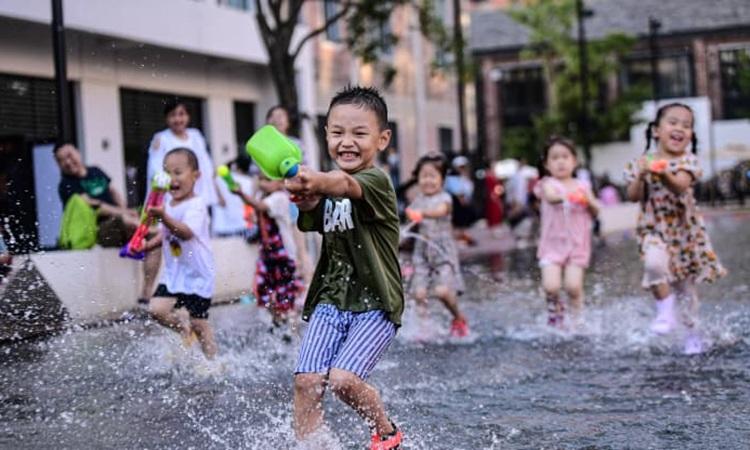 Trẻ em Trung Quốc vui chơi tại thành phố Thẩm Dương, tỉnh Liêu Ninh hôm 16/7. Ảnh: VCG.