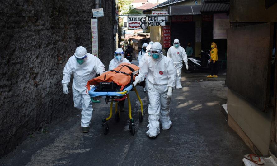 Các nhân viên y tế di chuyển thi thể một bệnh nhân Covid-19 tại thành phố Bandung, Indonesia, hôm 18/7. Ảnh: AFP.