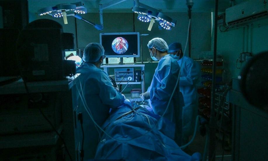 Phẫu thuật loại bỏ nấm đen khỏi bệnh nhân Covid-19 tại Ấn Độ. Ảnh: AFP.