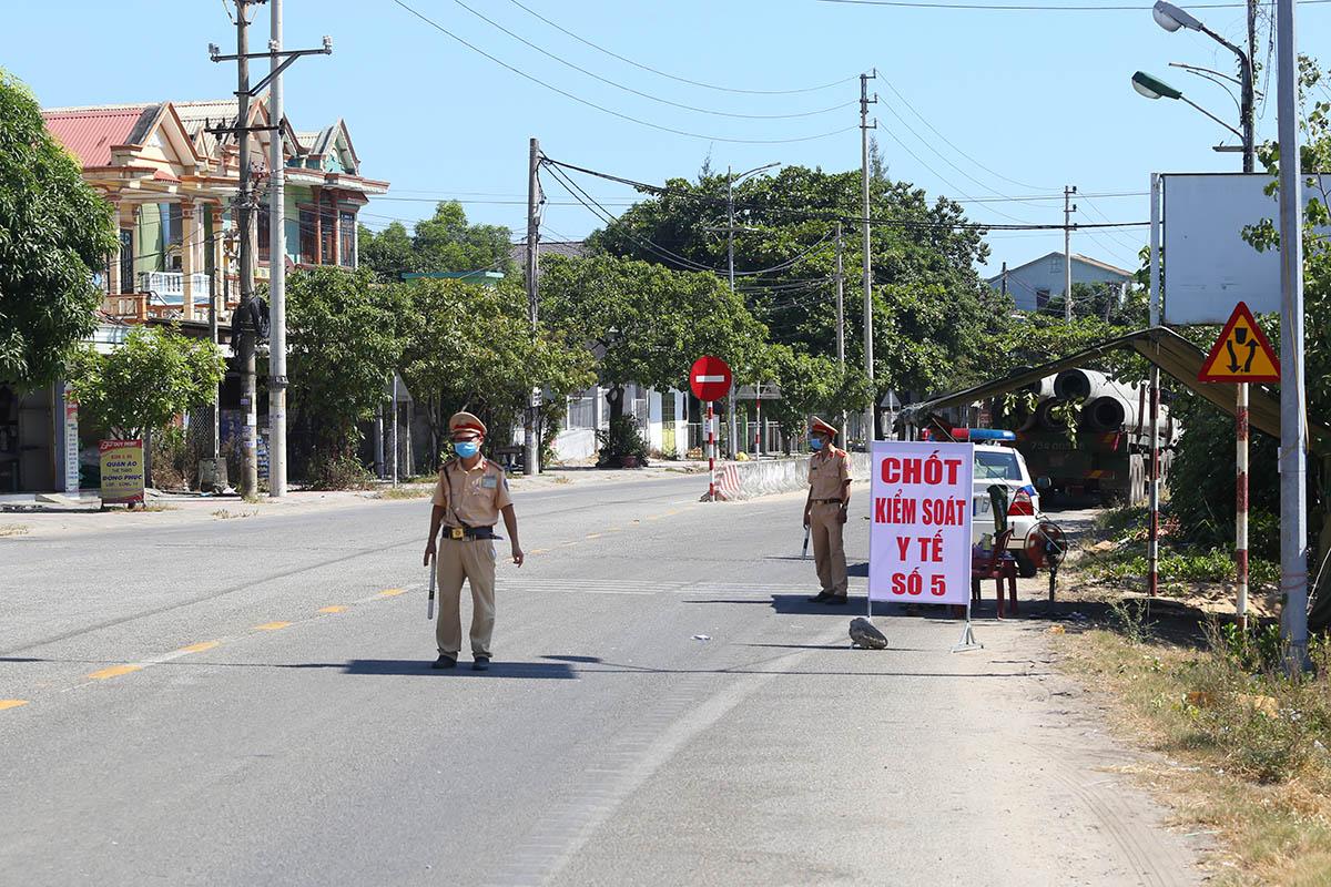 Chốt kiểm soát y tế ở thị trấn Lăng Cô. Ảnh: Võ Thạnh