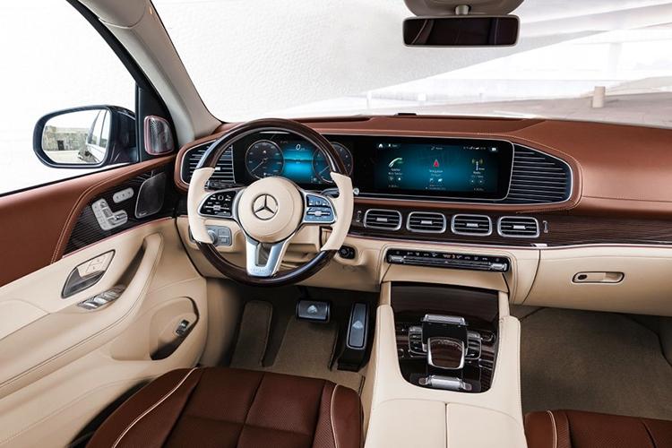 Nội thất xe trang bị vật liệu da cao cấp, hệ thống giải trí mới nhất của Mercedes-Benz.