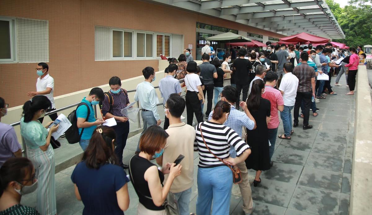 Người dân xếp hàng dài chờ tiêm vaccine ở bệnh viện E, chiều 22/7. Ảnh: Phạm Chiểu.
