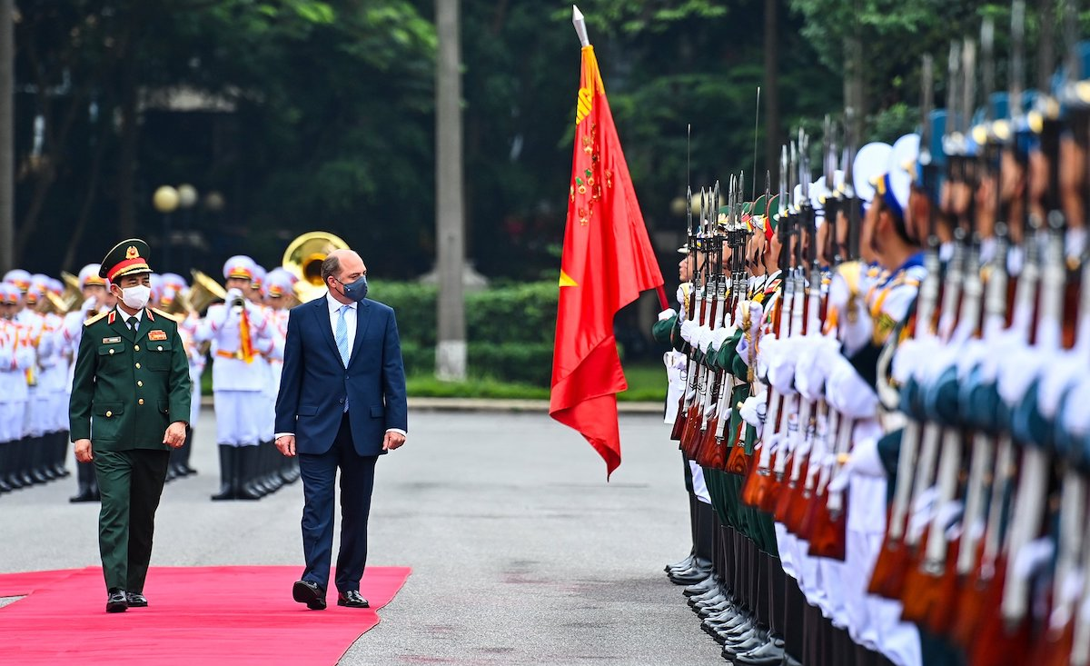 Đại tướng Phan Văn Giang (trái) và Bộ trưởng Quốc phòng Anh duyệt đội danh dự sáng 22/7, tại Trụ sở Bộ Quốc phòng. Ảnh: Giang Huy