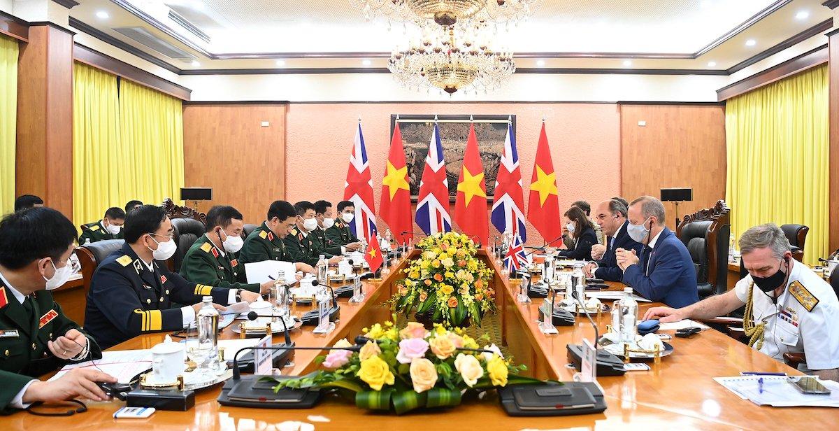 Cuộc hội đàm giữa hai đoàn đại biểu quân sự cấp cao Việt Nam và Anh, sáng 22/7. Ảnh: Giang Huy