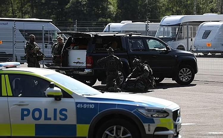 Cảnh sát đặc nhiệm ở bên ngoài nhà tù Hallby hôm 21/7. Ảnh: AFP.
