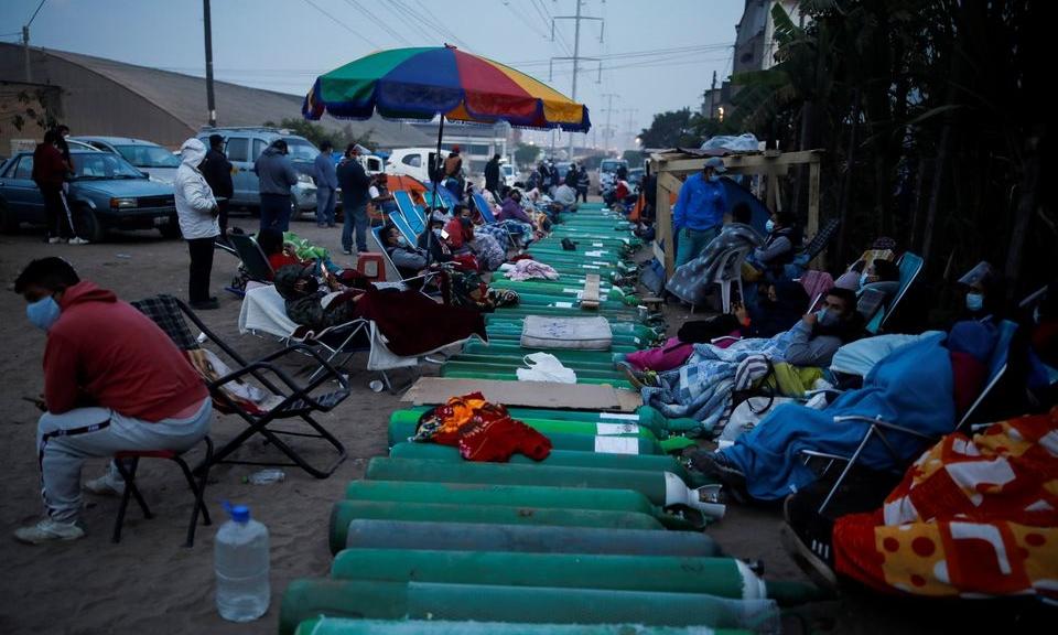 Người dân xếp hàng chờ nạp đầy bình oxy cho bệnh nhân Covid-19 bên ngoài một nhà cung cấp oxy tư nhân ở Lima, Peru, hôm 25/2. Ảnh: Reuters.