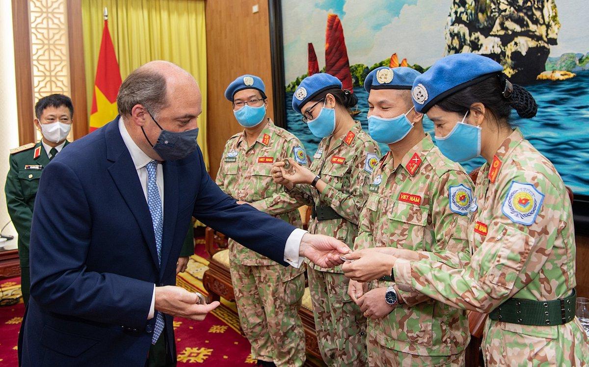 Bộ trưởng Quốc phòng Anh, ông Robert Ben Lobban Wallace tặng quà cho lính gìn giữ hòa bình Việt Nam. Ảnh: Giang Huy