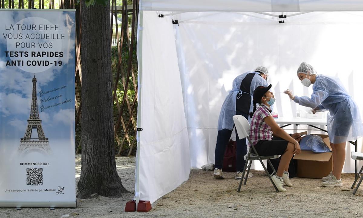 Nhân viên y tế Pháp lấy mẫu xét nghiêm Covid-19 cho người muốn tham quan tháp Eiffel ở thủ đô Paris ngày 21/7. Ảnh: AFP.