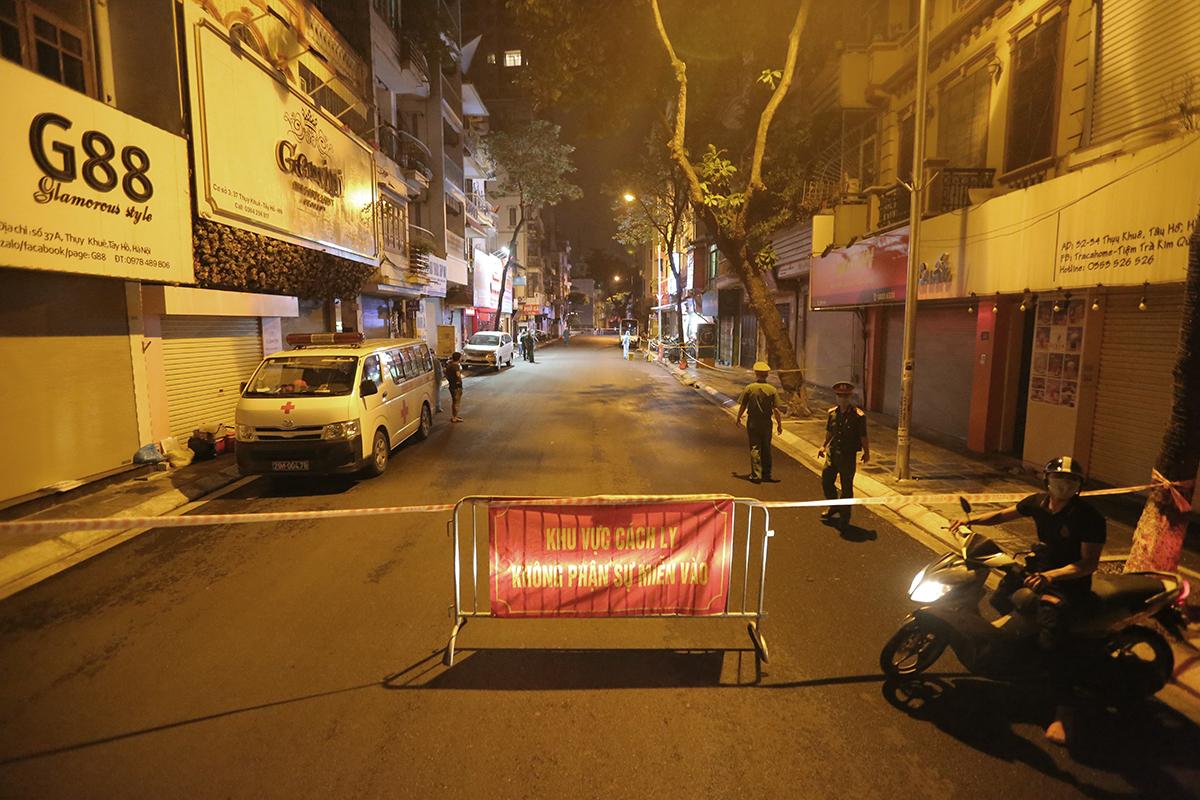 Lực lượng chức năng phong tỏa một đoạn dài 200 phố Thụy Khuê đêm 21/7. Ảnh: Ngô Trần.