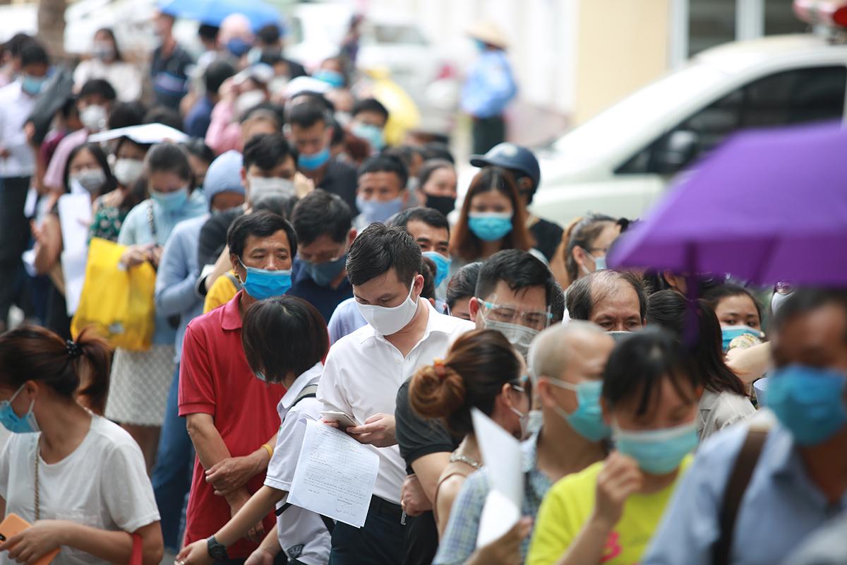 Hàng trăm người đăng ký tiêm vaccine tại Bệnh viện E, chiều 22/7. Ảnh: Phạm Chiểu