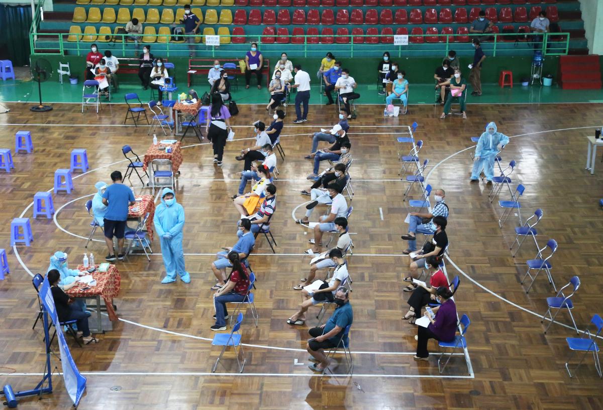 Người dân tiêm ở nhà thi đấu Lãnh Bình Thăng, quận 11, sáng 22/7. Ảnh: Đình Văn.