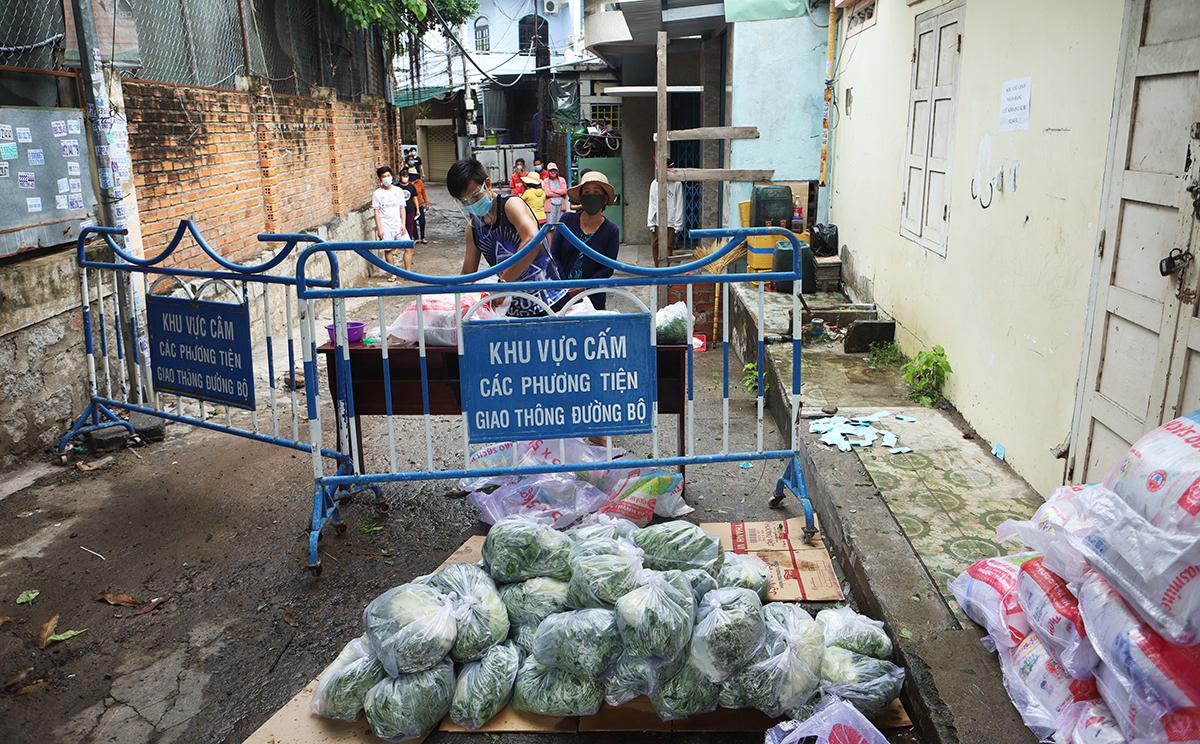 Người dân trong điểm phong tỏa ở TP Nha Trang được cung cấp nhu yếu phẩm. Ảnh: Xuân Ngọc.