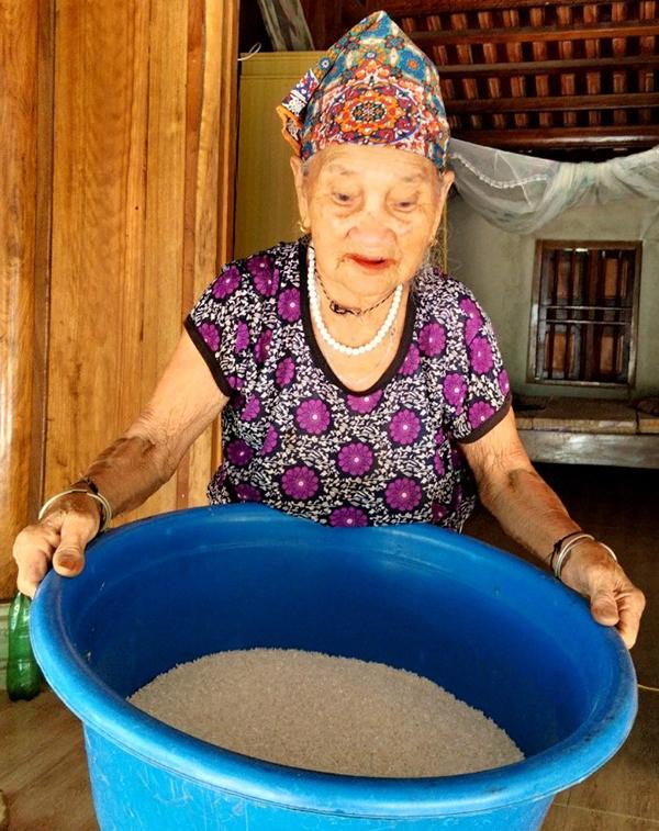 Cụ bà Vi Thị Mão, 103 tuổi, ở xã Bình Lương, huyện Như Xuân mang gạo đi ủng hộ. Ảnh: Lam Sơn.