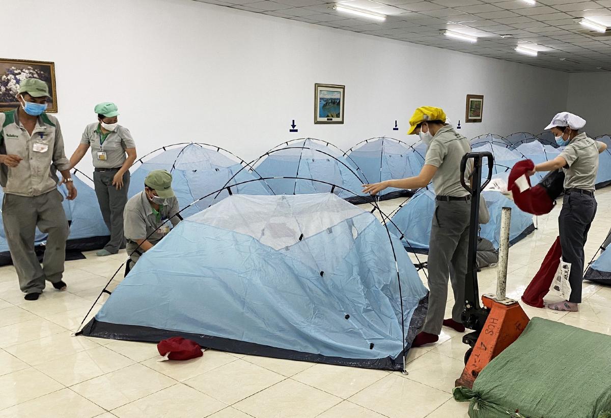 Công nhân nhà máy Nidec Việt Nam chuẩn bị chỗ ngủ tại nhà máy. Ảnh: An Phương.