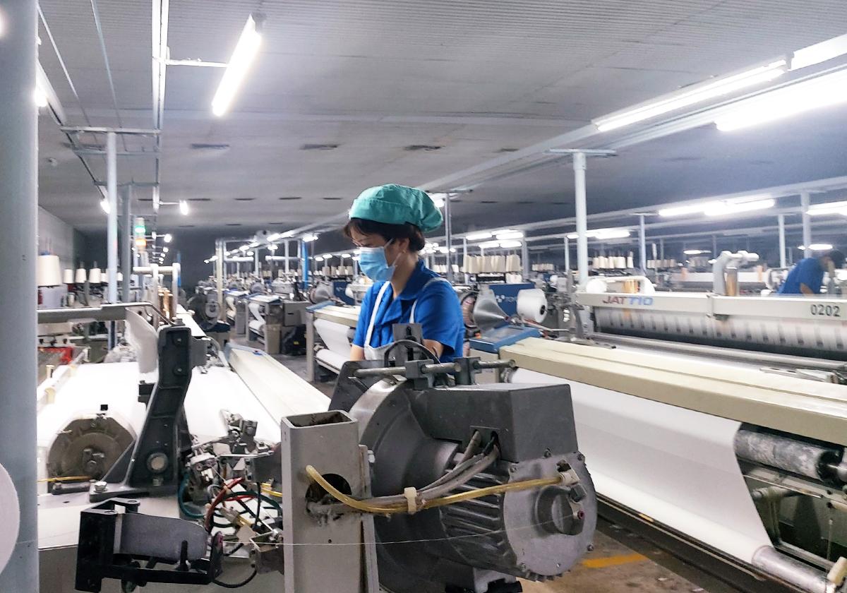Công nhân ở Tổng công ty may Việt Thắng được bố trí sản xuất bảo đảm giãn cách. Ảnh: An Phương.